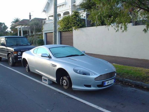 Aston Martin DB9, lelopott kerekekkel. Forrás: goolsbee.org