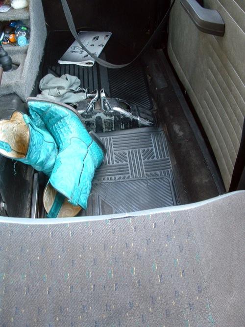 A szerző csizmája egy Bogár taxiban