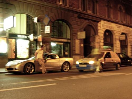 Nínó Karotta a meghülyült immobiliser miatt elpusztult Chevrolet Corvette tesztautót támasztja a Király utcában, 2006. június 24-én késő este