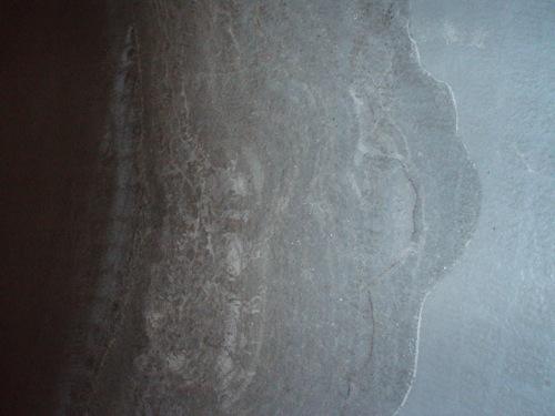 Sós lerakódás a szerkesztőségi mélygarázs padlóján