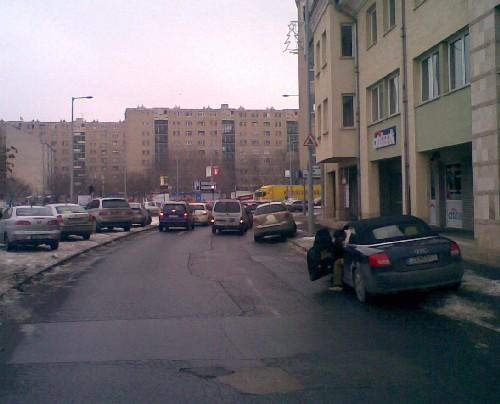 Parkoló autók a Lajos utca és a Bécsi út találkozásánál