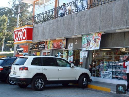 Fehér Volkswagen Touareg Mexikóvárosban