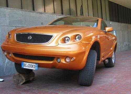 Narancssárga, gepárdszerű autó a torinói autómúzeum bejárata előtt 2003 májusában. Fotó: Kari