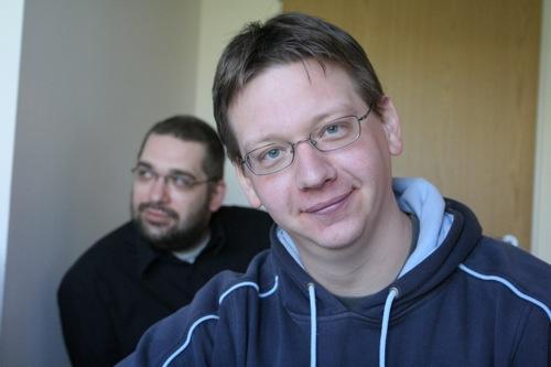 Andróczi Balázs és Rácz Tamás a Totalcar szerkesztőségi értekezletén. Fotó: Gyulavitéz