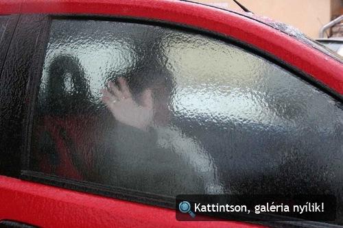 Autó ablakára fagyott ónos eső. Fotó: MTI