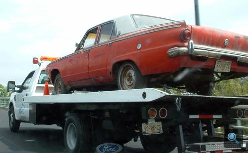 Tréleren szállított Dodge Dart szedán Mexikóvárosban