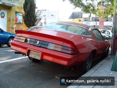 Piros Chevrolet Camaro Mexikóvárosban