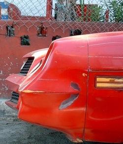 Piros Chevrolet Camaro orra Mexikóvárosban