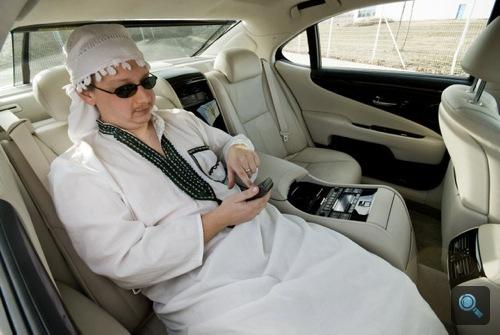 Rácz Tamás a Lexus LS600hL jobb hátsó ülésén. Fotó: Fenyő Balázs