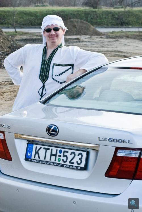 Rácz Tamás a Lexus LS600hL-t támasztja büszkén. Fotó: Fenyő Balázs