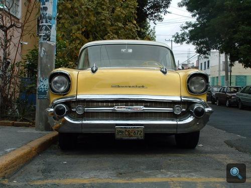 Sárga Chevrolet Bel Air szemből