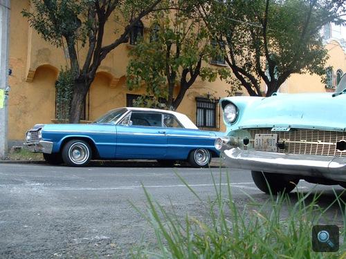 Egy Chevy Bel Air és egy azonosítatlan kék autó Mexikóvárosban