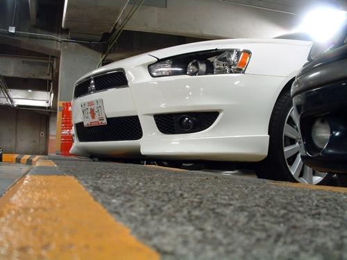 Mitsubishi Lancer egy mexikóvárosi parkolóházban