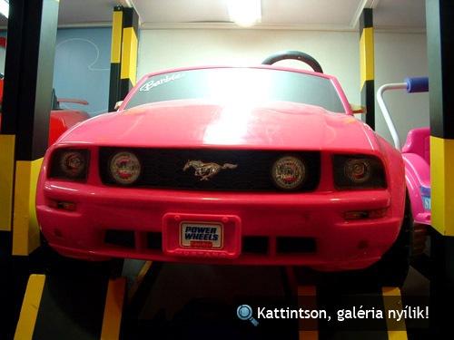 Rózsaszín játék Ford Mustang szemből