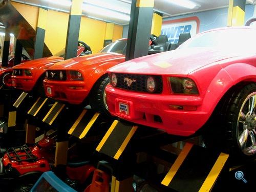 Rózsaszín játék Ford Mustangok oldalról