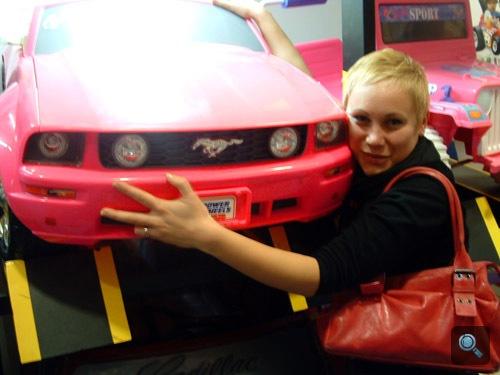 A szerző és a rózsaszín játék Ford Mustang