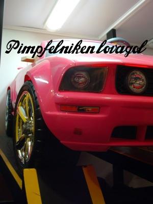 Rózsaszín játék Ford Mustangok szemből-oldalról