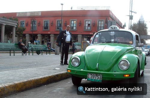 Zöld Volkswagen Bogár taxi Mexikóvárosban