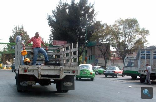 Nyitott platón utazó emberek Mexikóvárosban