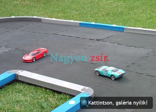 Ford GT és Saleen S7 játékautók a hozzájuk való pályán
