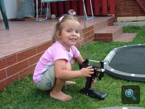 A szerző lánya egy távirányítós autó távirányítójával