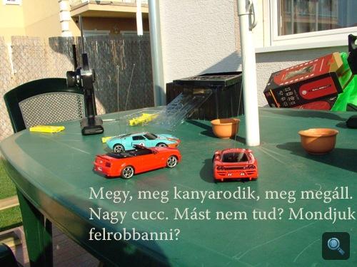 Távirányítós autók a kerti asztalon