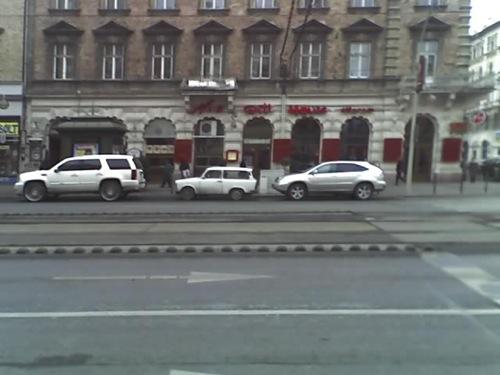 Cadillac Escalade, Trabant és Lexus RX400h a Noa Grill előtt. Fotó: ThomaS