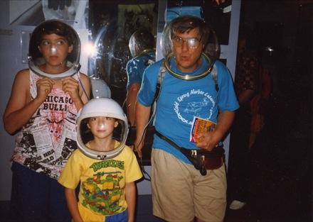 Orosz Péter, Orosz Gábor és Orosz László a floridai John F. Kennedy Űrközpontban, 1993 júliusában. Fotó: Buzás Zsuzsa