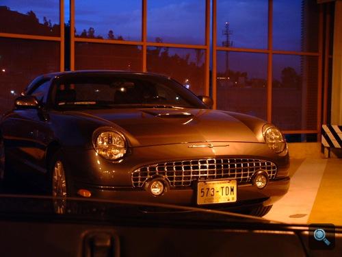 Ford Thunderbird a mexikóvárosi repülőtér parkolójában