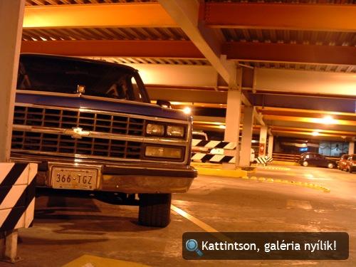 Chevrolet pickup a mexikóvárosi repülőtér parkolójában