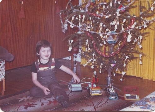 Prokee gyerekkori karácsonyi ajándékaival. Forrás: Prokee