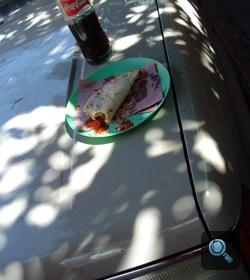 Tortilla és kóla egy Ford pickup motorháztetején