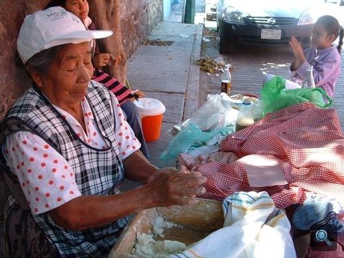 Mexikói tortillaárus ételt készít
