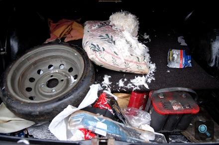 Általános pusztítás a Karotta régi Saab 99-ének csomagtartójában. Fotó: Fenyő Balázs