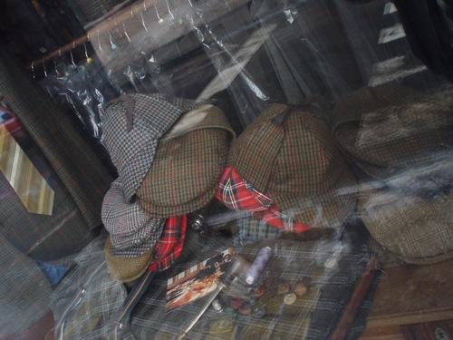 Sherlock Holmes kalapok egy újpesti kirakatban