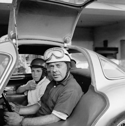 Rudolf Uhlenhaut és fia, Roger, a később róla elnevezett 300SLR kupéban. Forrás: Mercedes-Benz