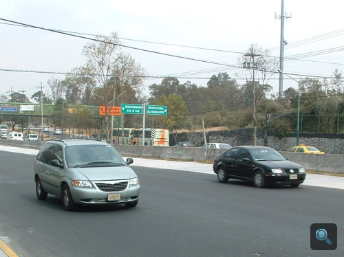 Chrysler Voyager és valami Volkswagen az autópályán Mexikóvárosban