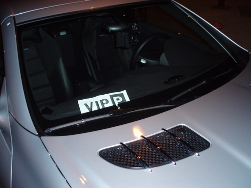 VIP P feliratú tábla egy autó ablakában