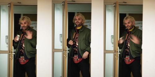 Winkler Róbert a Totalcar szerkesztőségének ajtajában