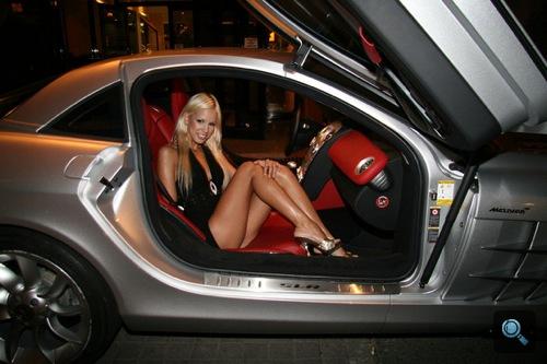 Boroka Balls pornószínésznő egy Mercedes-Benz SLR McLarenben. Fotó: AlieN