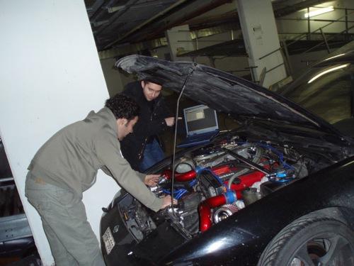 Karotta és Tomitsu a Karotta Nissan 200SX-ét hekkelik