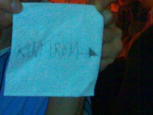 """""""KINYÍROM →"""" felirat egy szalvétán, amit a szerző Nínó Karotta irányába címez. Fotó: Nati"""