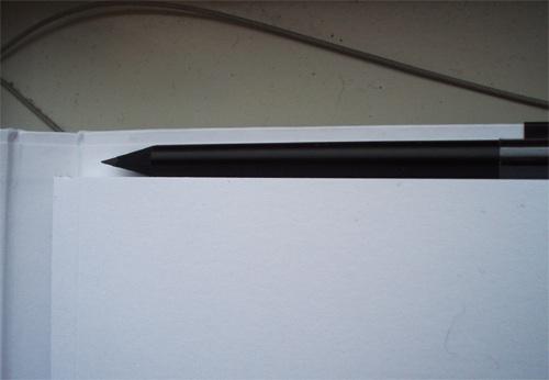 A fehér oldalhoz tartozik egy fekete ceruza, a fekete papírhoz fehér, én az ilyen ötletektől napokra harcképtelen leszek.