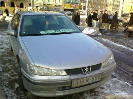 Peugeot a Baross téren, 67V villamospótló táblával a szélvédője alatt. Fotó: Gof