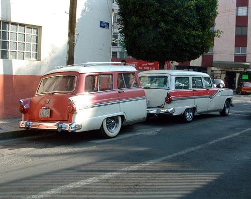 Rózsaszín Ford Country Sedan Mexikóvárosban, ugyanilyen utánfutóval