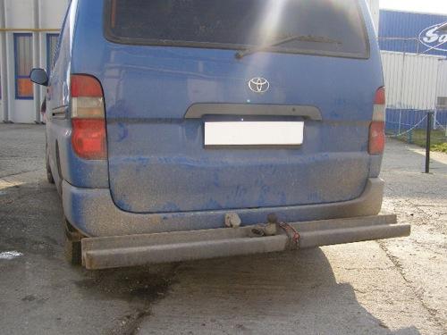 Sínből készült lökhárító egy Toyota kisbuszon. Fotó: Apamackó