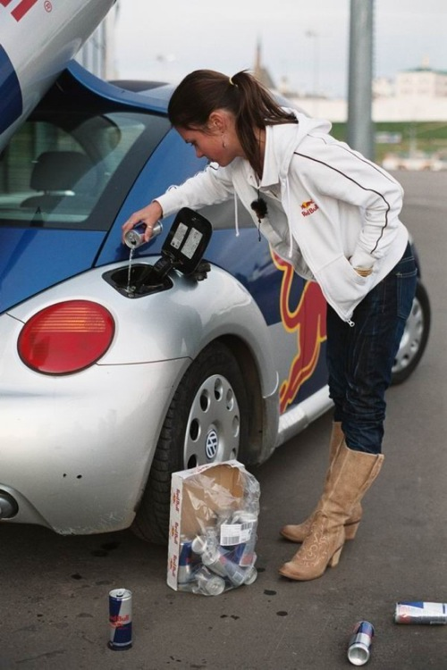 Egy lány Red Bullt tölt egy Red Bull reklám-Beetle-be