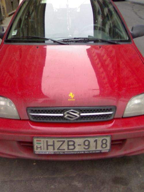 Piros Suzuki Swift, Ferrari-emblémával a Suzuki-jel felett. Fotó: Nati