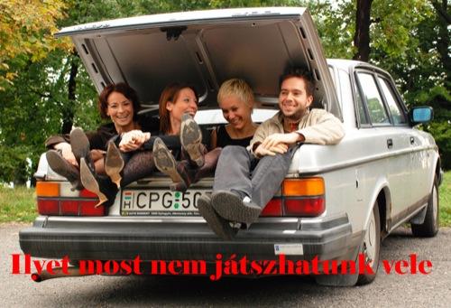 Andi, Nati, a szerző és Nínó Karotta a szerző Volvójának csomagtartójában. Fotó: Csikós Zsolt