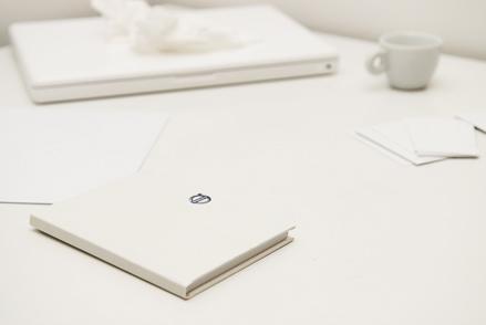 Volvo füzet más, fehér tárgyak között. Fotó: Fenyő Balázs